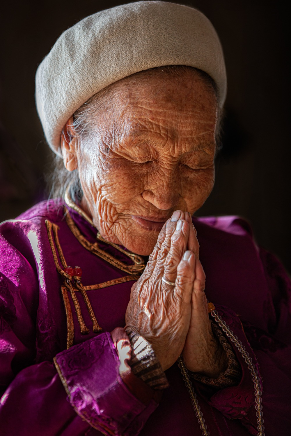 Mongolia - People of the Blue Sky - Shamanism - lady